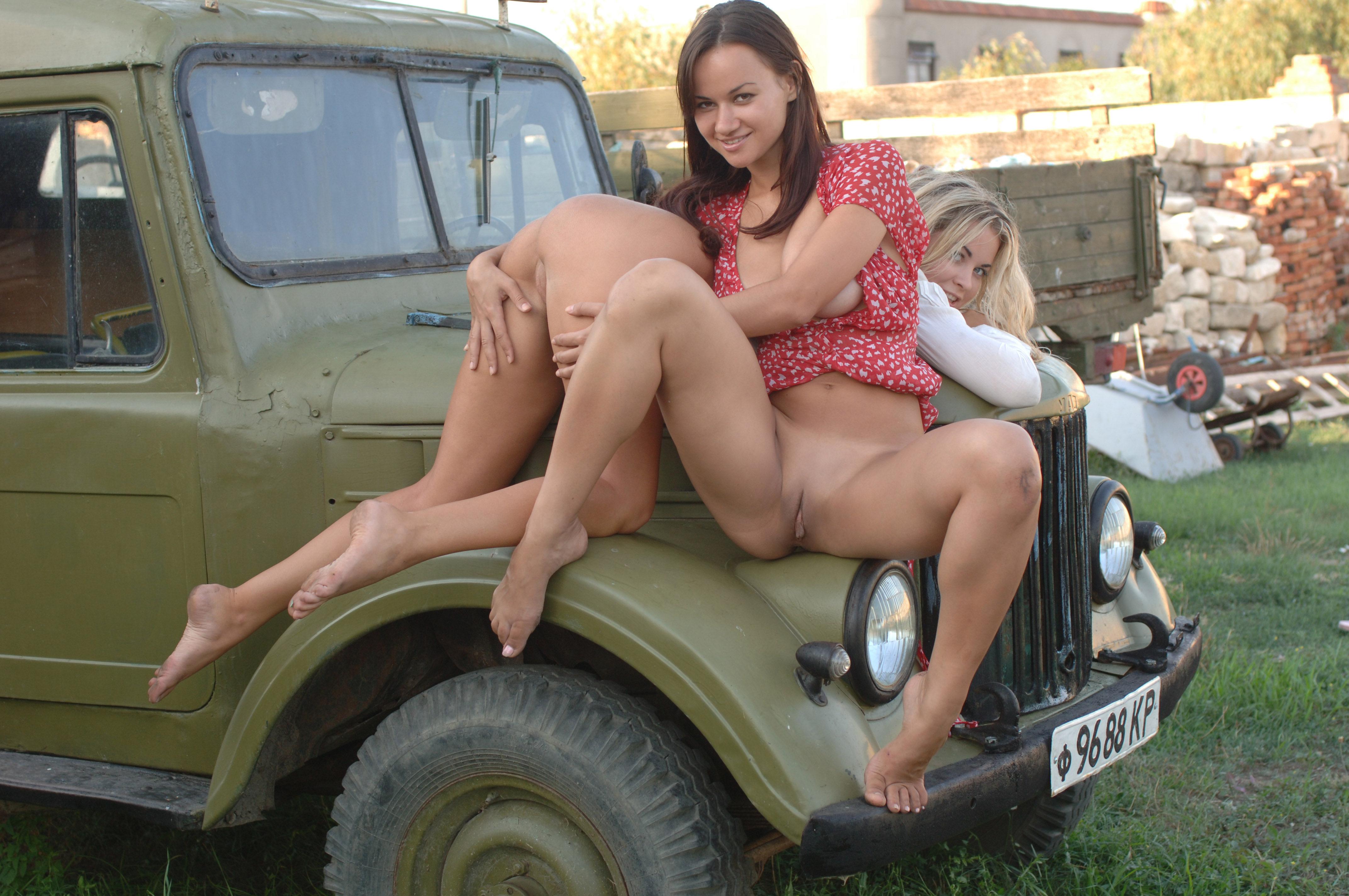 Секс и трактор, Порно: Фермер трахнул блондинку на своем тракторе 8 фотография