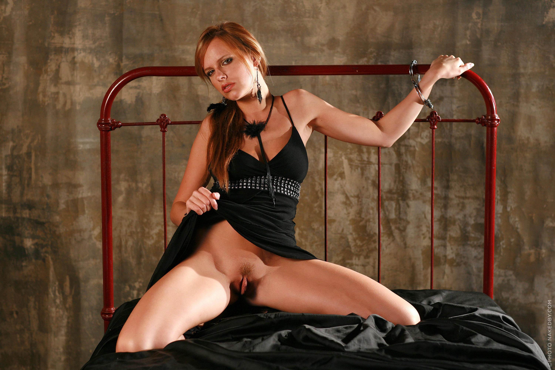 Привязывание к кровати сексуального партнера