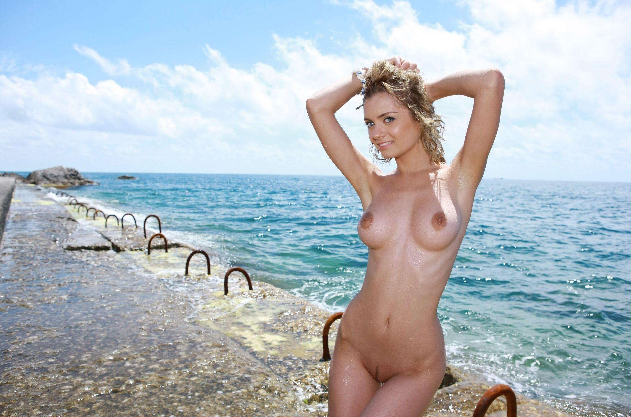 Видео красавица пизла на море