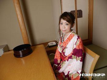 最新pacopacomama 121614_310 冬天日式旅館濕淋淋的和服人妻 下田朱裡