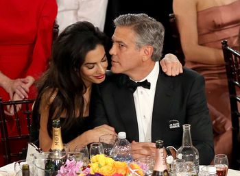 21886033_Amal-Alamuddin-cuddled-up-Georg